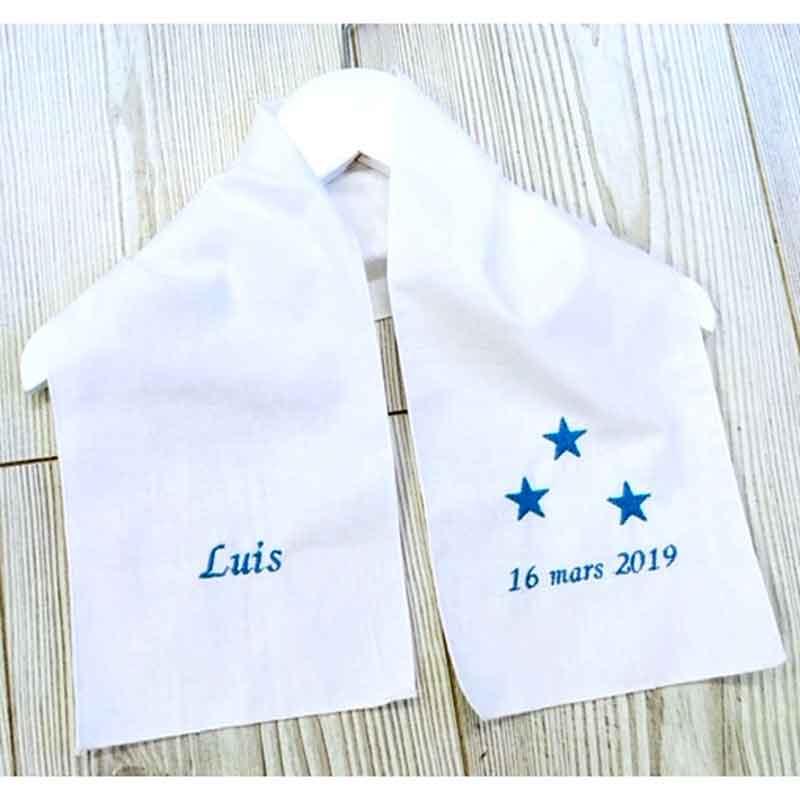 écharpe de baptême avec prénom, date du baptême et motif étoiles