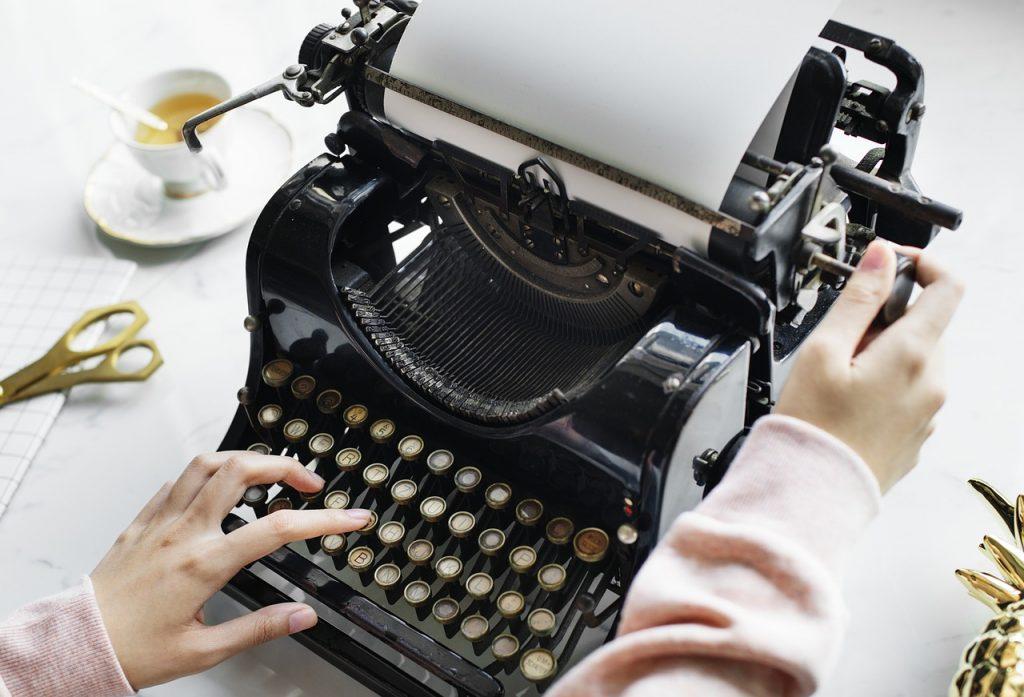 écriture du blog avec une machine à écrire à l'ancienne