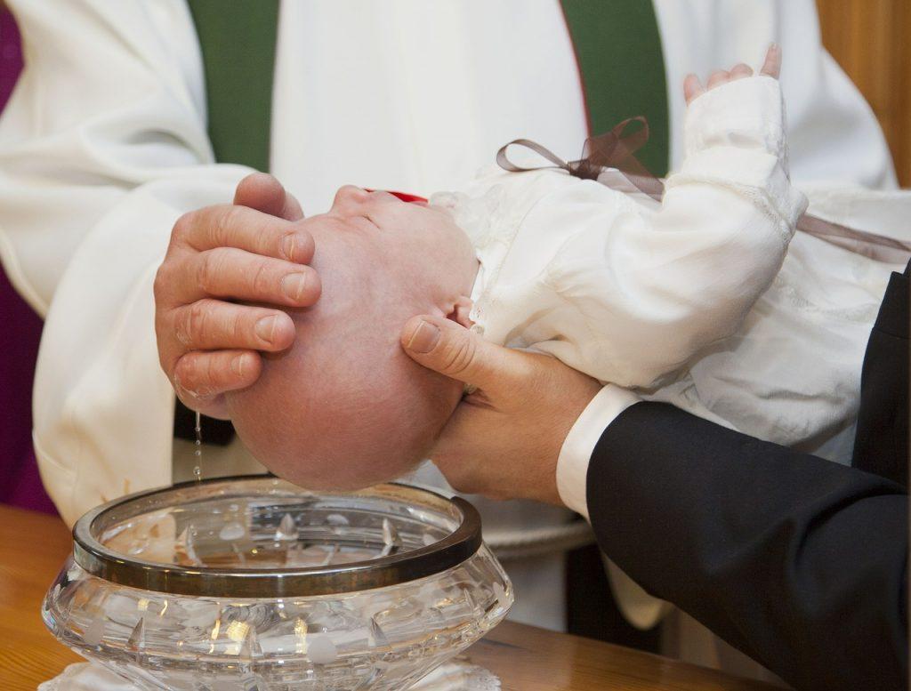 Cérémonie de Baptême religieux pour un bébé avec prêtre